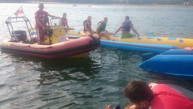 Rower wodny przewrócił się na jeziorze. Czterech mężczyzn uratowali policjanci