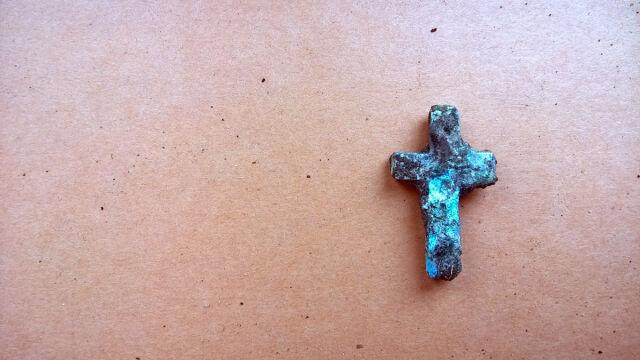 Krzyżyk jest wykonany z akuminium lotniczego