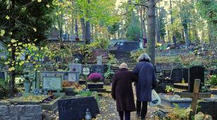 Na cmentarzu stanie kamień pamięci ofiar katastrofy smoleńskiej