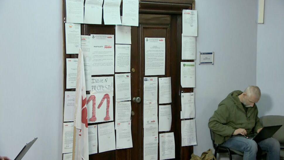 Nauczyciele zaostrzają protest w małopolskim kuratorium. Od poniedziałku głodówka