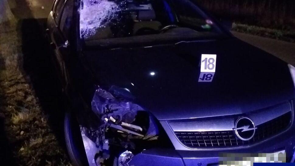 Auto w nocy śmiertelnie potrąciło pieszego. Kamizelkę odblaskową miał, ale w plecaku