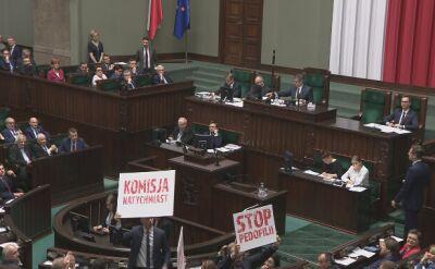 Przed głosowaniem posłowie opozycji wyjęli banery i skandowali hasła