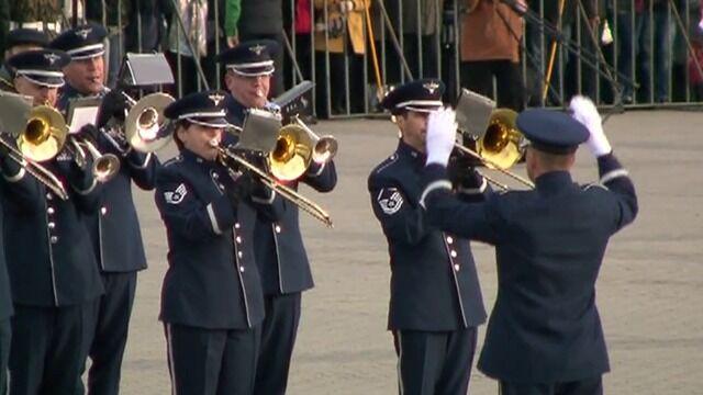"""""""Powrót do domu"""" i """"Godło narodowe"""" amerykańskiej orkiestry na placu Piłsudskiego"""
