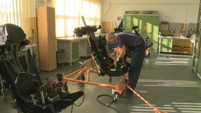 Prace przy fotelu katapultowym pilota myśliwca MiG-29
