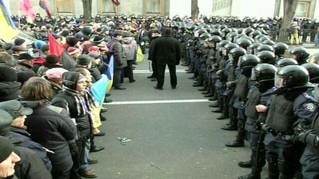 Kordon policji przed budynkiem parlamentu
