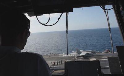 Kontrola lotów na pokładzie lotniskowca atomowego US Navy