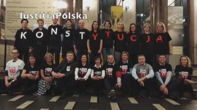 """Sędziowie przekazali na WOŚP zestaw koszulek z napisem """"Konstytucja"""""""