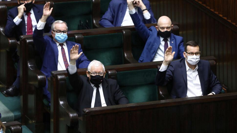 """""""Skrajna niesprawiedliwość, oszustwo"""". Sejm przyjął poprawkę do ustawy covidowej"""