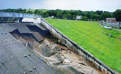 Los tamy wisi na włosku. Woda może zalać miasteczko w Anglii