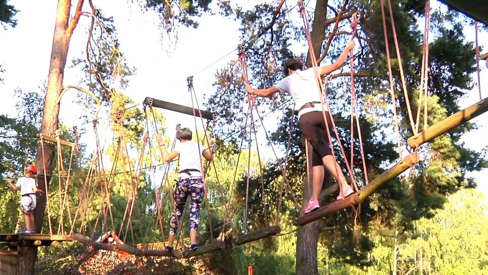 Wypadek we włocławskim parku linowym. 11-latek spadł z kilku metrów