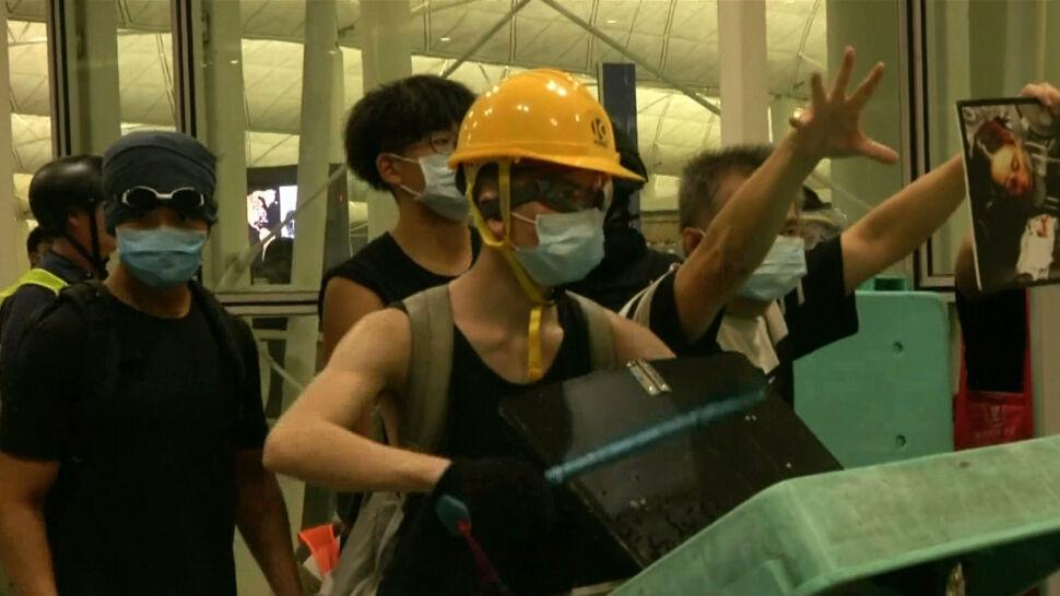 Hongkońska policja weszła na teren lotniska. Doszło do starć z protestującymi