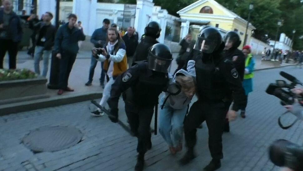 Policjant w Moskwie uderzył w brzuch młodą kobietę, szukają go internauci