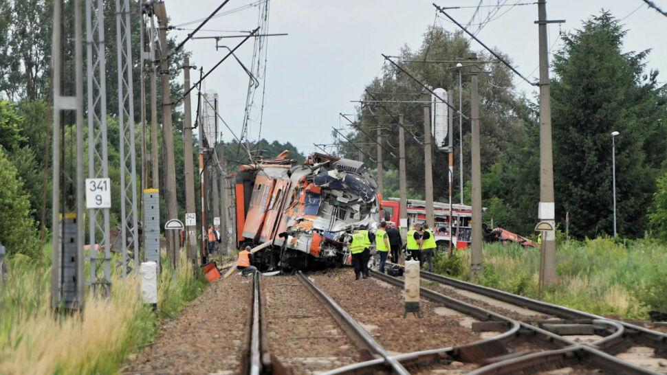 Wypadek na przejeździe kolejowym. Jedna osoba nie żyje, 27 jest rannych