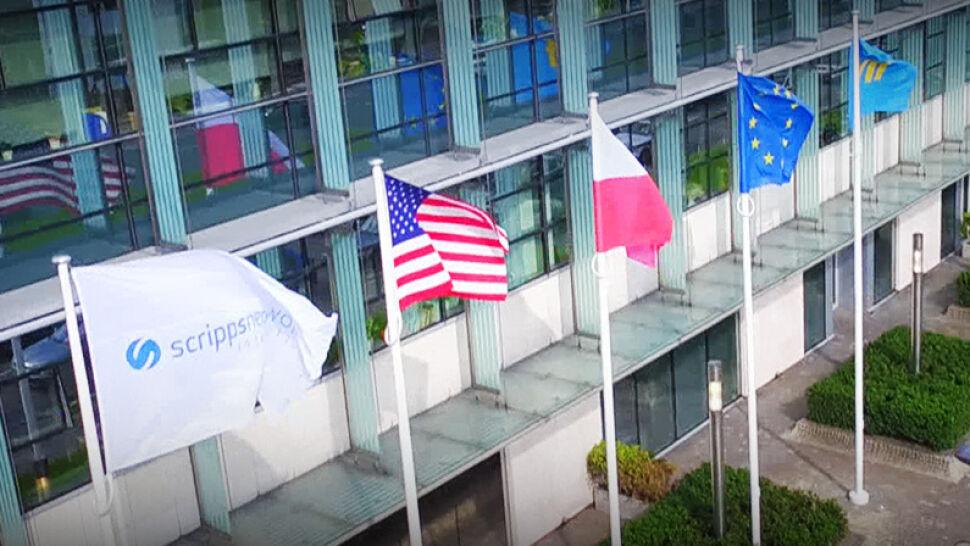 Nowe otwarcie TVN. Przed siedzibą zawisło pięć flag