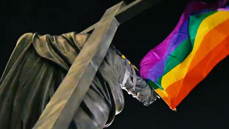 Zatrzymanie i zarzuty dla aktywistów za tęczowe flagi na pomnikach. RPO domaga się wyjaśnień