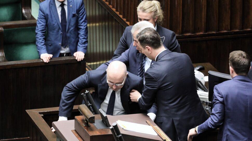 """Poseł Kropiwnicki zasłabł w Sejmie. """"Debaty nie powinny się odbywać w nocy"""""""