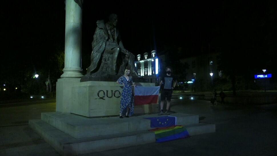Tęczowe flagi na kolejnych pomnikach