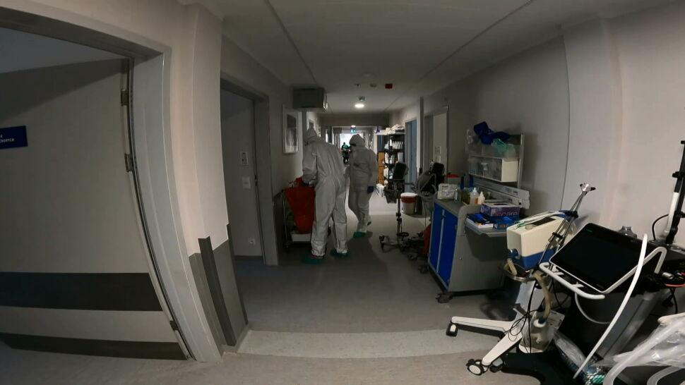 Nowych zakażeń wciąż przybywa, szpitale tymczasowe zapełniają się zaraz po otwarciu