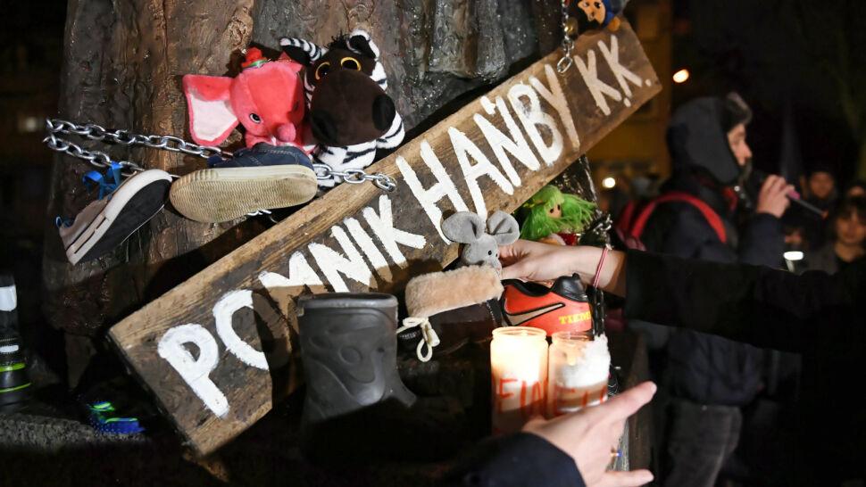 Protest przed pomnikiem prałata Jankowskiego. Chcą jego usunięcia