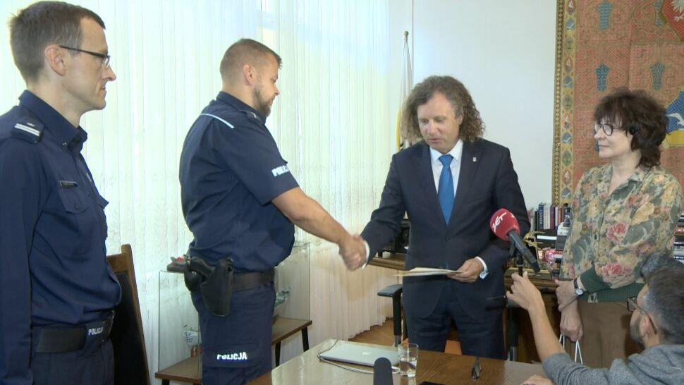 """""""Policjant z prawdziwego zdarzenia"""". Uratował trójkę tonących dzieci, nagrodził go prezydent Sopotu"""