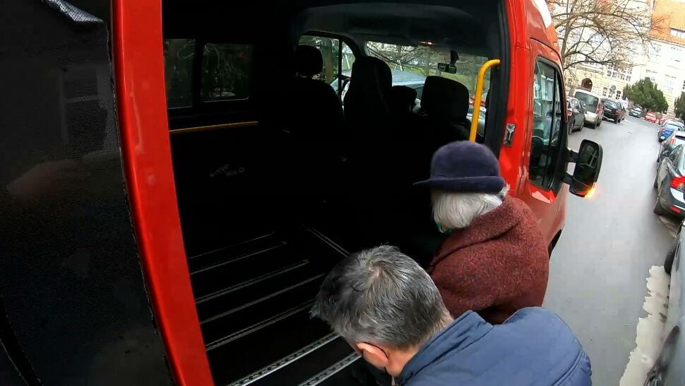 W eskorcie straży, specjalnym transportem. Gminy pomagają seniorom dotrzeć na szczepienia