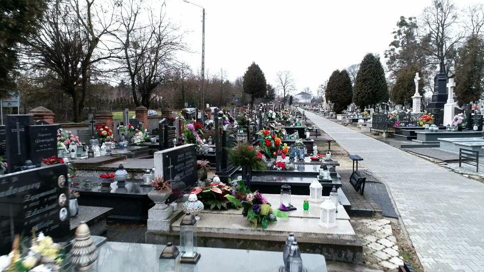 Mieszkańcy z Brzezin walczą o zmniejszenie cmentarnego cennika