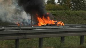 Samochód zapłonął i uderzył w bariery na A2. Kierowca nie żyje