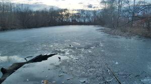 """Człowiek przymarznięty do lodu w stawie. """"Lekarz stwierdził zgon"""""""