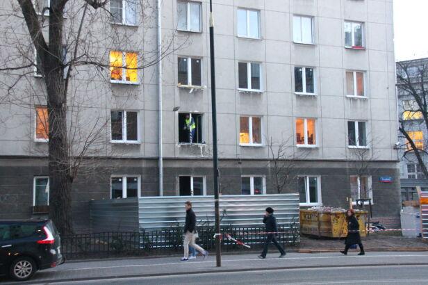 Część mieszkańców wróciła do mieszkań w kamienicy przy Noakowskiego 26 Lech Marcinczak / tvnwarszawa.pl