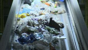 Kontrola w sortowni śmieci.