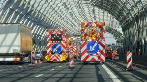Drogowcy naprawiali studzienkę na S8. Kierowcy utknęli w korku