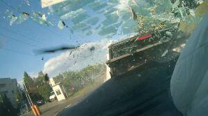 Huk i brzęk tłuczonego szkła. Wypadek z wnętrza samochodu