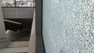 Rozbita szyba na nowej stacji metra w Warszawie