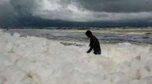 Kilometry niebezpiecznej piany przykryły plażę
