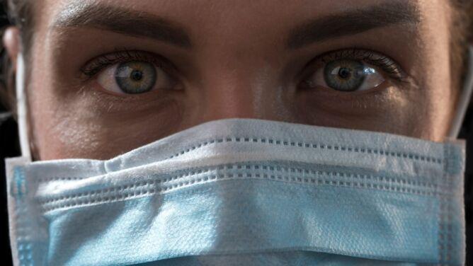 Wirusolog: noszenie maseczki jest niewygodne, ale leżenie pod respiratorem jest gorsze