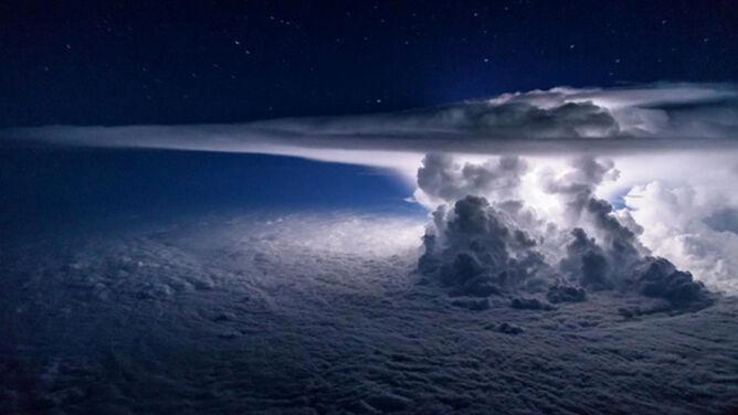 Magiczne zdjęcie burzy. Zrobiono je <br />11 tysięcy metrów nad Ziemią