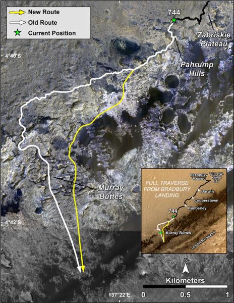 Trasa łazika Curiosity (stara trasa - biała linia, nowa - żółra linia)